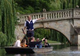 Punting on the river Cam in Cambridge © VisitBritain / JJF arquitectos
